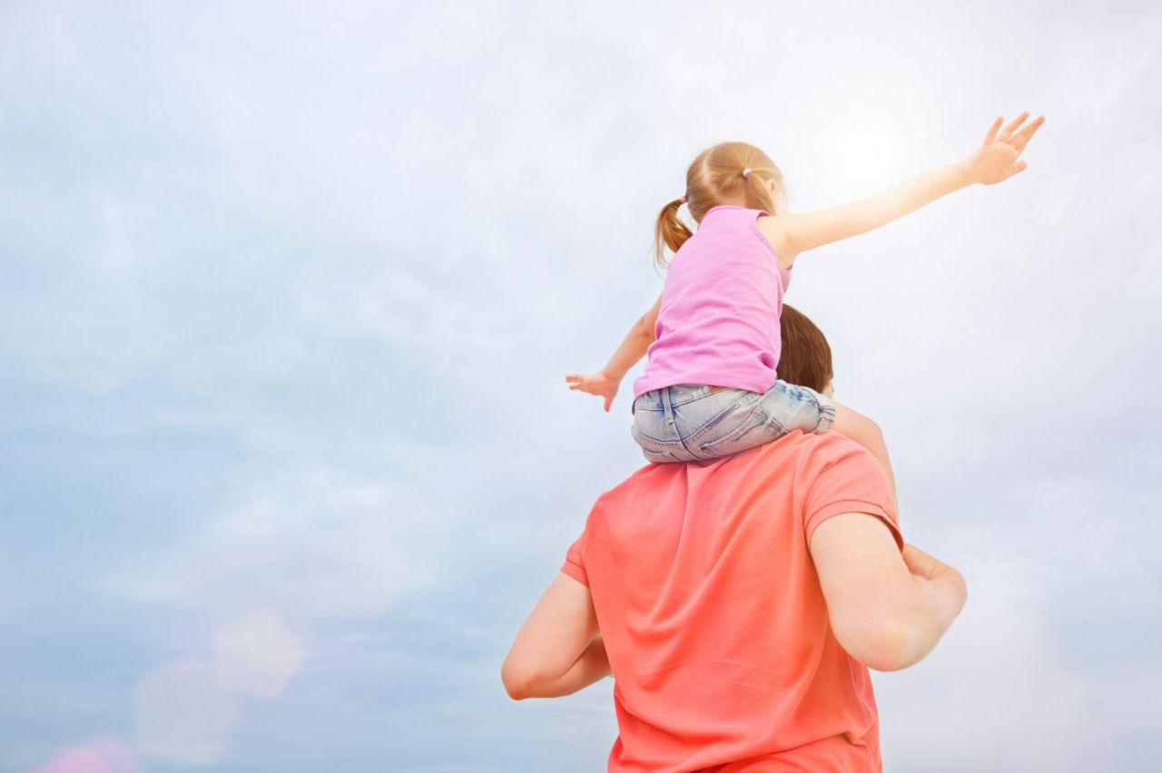 Фото с детьми на руках спиной
